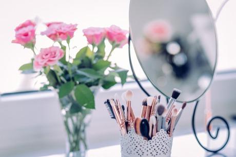 makeup-2589040_1920.jpg